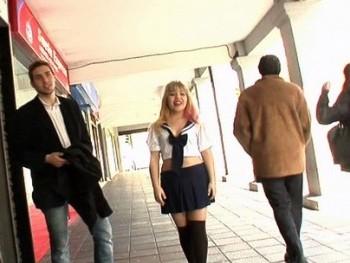 Japonesa de 18 años, muñequita manga y estudiante de español. Mitsuki debuta en el porno.